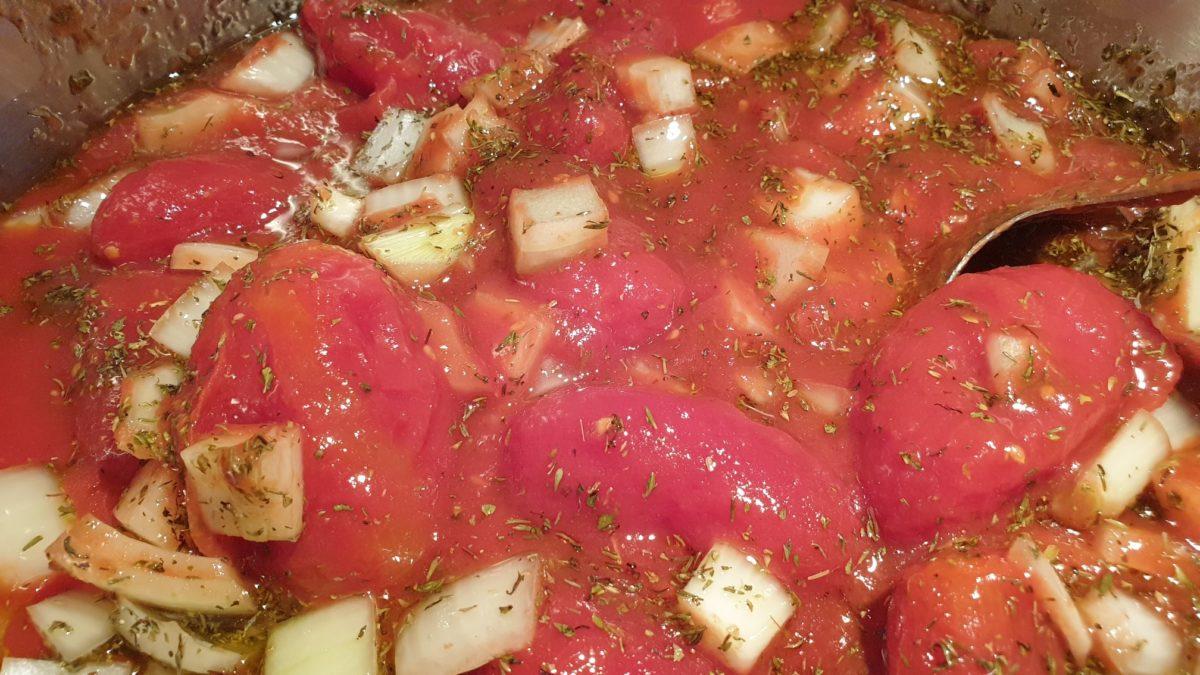 Tomaten, Zwiebeln und Kräuter. Foto: Sascha von Gerishem