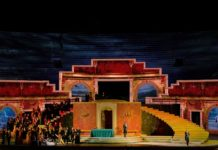 """""""Aus der Arena di Verona: Giuseppe Verdi - La Traviata"""": Die Bühne zeigt einen Ballsaal in dem ein rauschendes Fest gefeiert wird. © ZDF / EnneviFoto"""