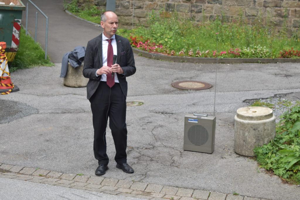 Pfarrer Uwe Leicht erklärt auf dem Gelände des Tannenhofs, wo der Gedenkstein für die beiden ehemaligen jüdischen Patienten ist. Foto: Peter Klohs