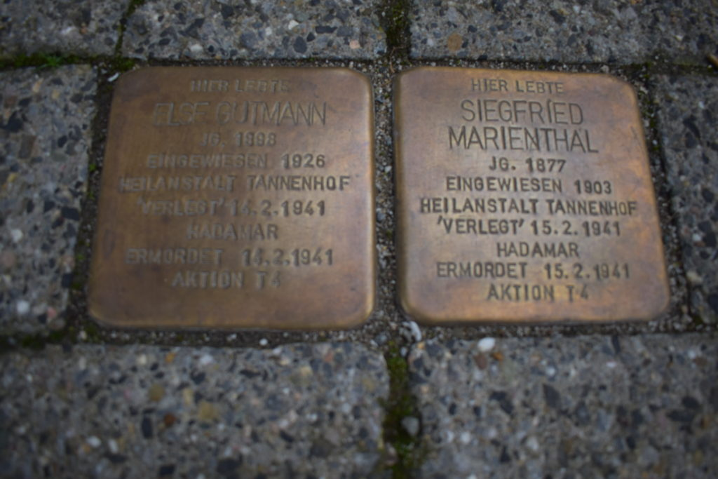 Die Stolpersteine für Else Gutmann und Siegfried Marienthal vor der Verwaltung der Evangelischen Stiftung Tannenhof in Remscheid-Lüttringhausen. Foto: Peter Klohs