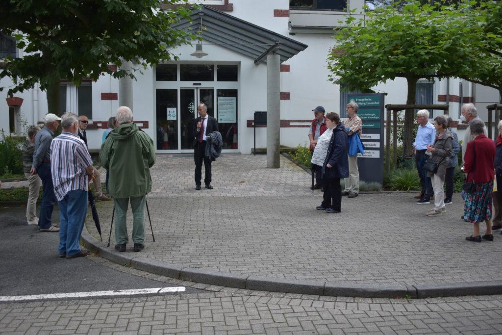 Pfarrer Uwe Leicht berichtet über die Geschichte der beiden ehemaligen jüdischen Patient*innen. Foto: Peter Klohs