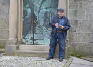 Günter Urspruch vor der evangelischen Kirche in Lüttringhausen. Foto: Peter Klohs