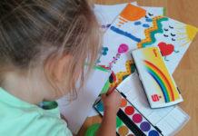 Kreativität und Entspannung liegen eng beieinander: Die Stadtsparkasse Remscheid beschenkt alle Remscheider i-Dötzchen mit nagelneuen Farbmalkästen. Foto: Stadtsparkasse Remscheid