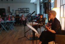 Ein Abend für die Freundschaft mit Sängerin Pia Kehl und Vorleserin Ulla Wilberg (v.r.) im Quartierstreff Klausen. Foto: Sascha von Gerishem