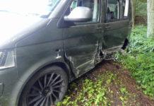 Der VW Bulli wurd bei dem Unfall auf der Landstraße 339 stark beschädigt. Foto: Polizei OberBerg