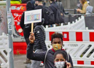"""Auf dem Schild steht: """"Nein zu Rassismus"""", aber Rechtsradikale der AfD und anderer rechtsextremistischer Naziparteien beharren auf ihre menschenverachtende und antisoziale Nazi-Ideologie."""