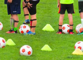 Kinder beim Fußball. Symbolfoto.