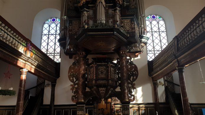 In der evangelischen Stadtkirche Lüttringhausen, oben ein Teil der Beckerath-Orgel. Foto: Sascha von Gerishem