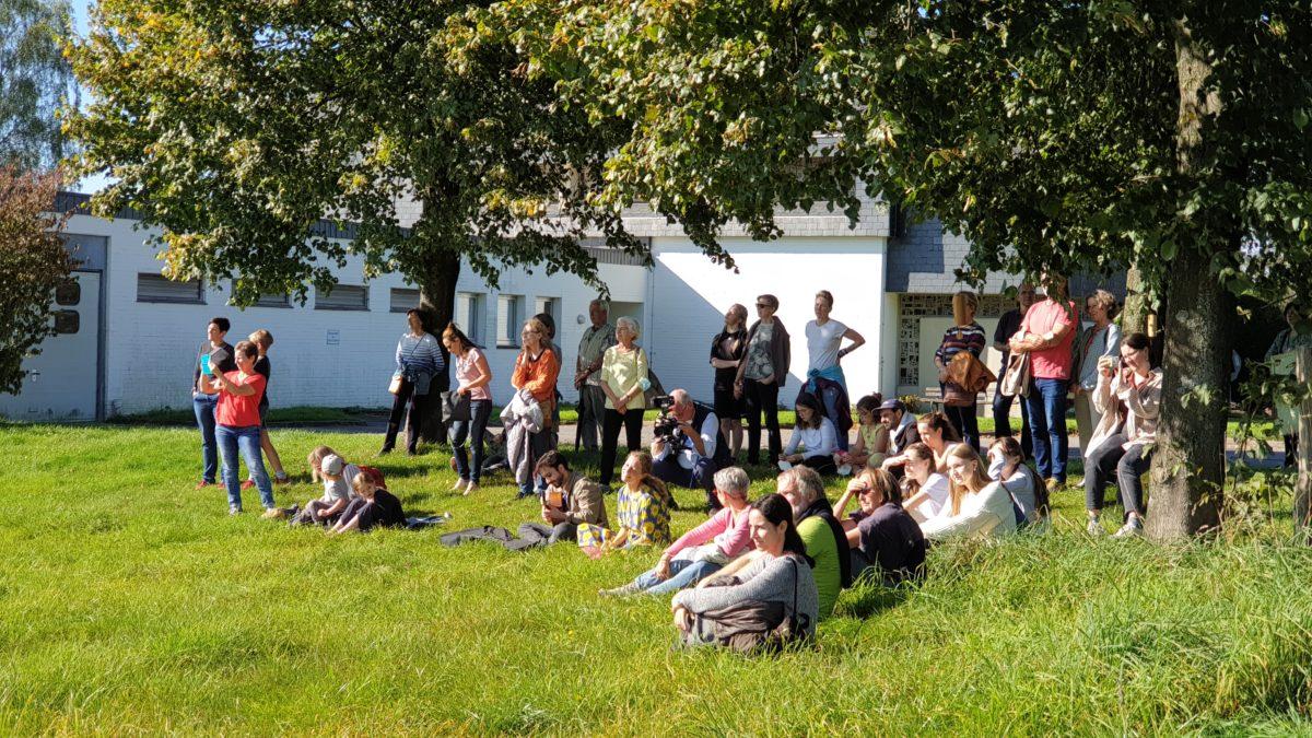 Das Publikum machte es sich im Gras gemütlich. Foto: Sascha von Gerishem