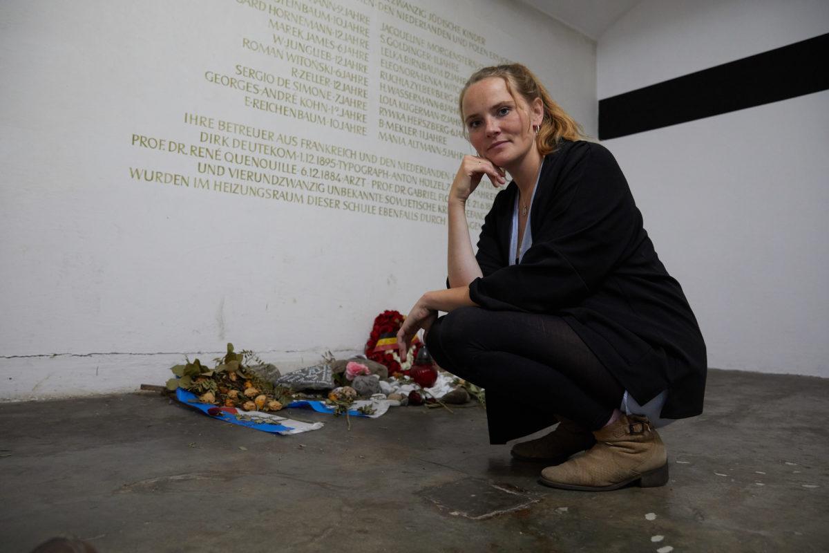 """In der Nacht vom 20. auf den 21. April 1945 wurden 20 Kinder und 28 Erwachsene im Keller des ehemaligen Schulgebäudes am """"Bullenhuser Damm"""" von der SS ermordet. Maria Holzgrewe, Urenkelin eines Täters, gedenkt der Opfer. ©ZDF/Thomas Bresinsky"""