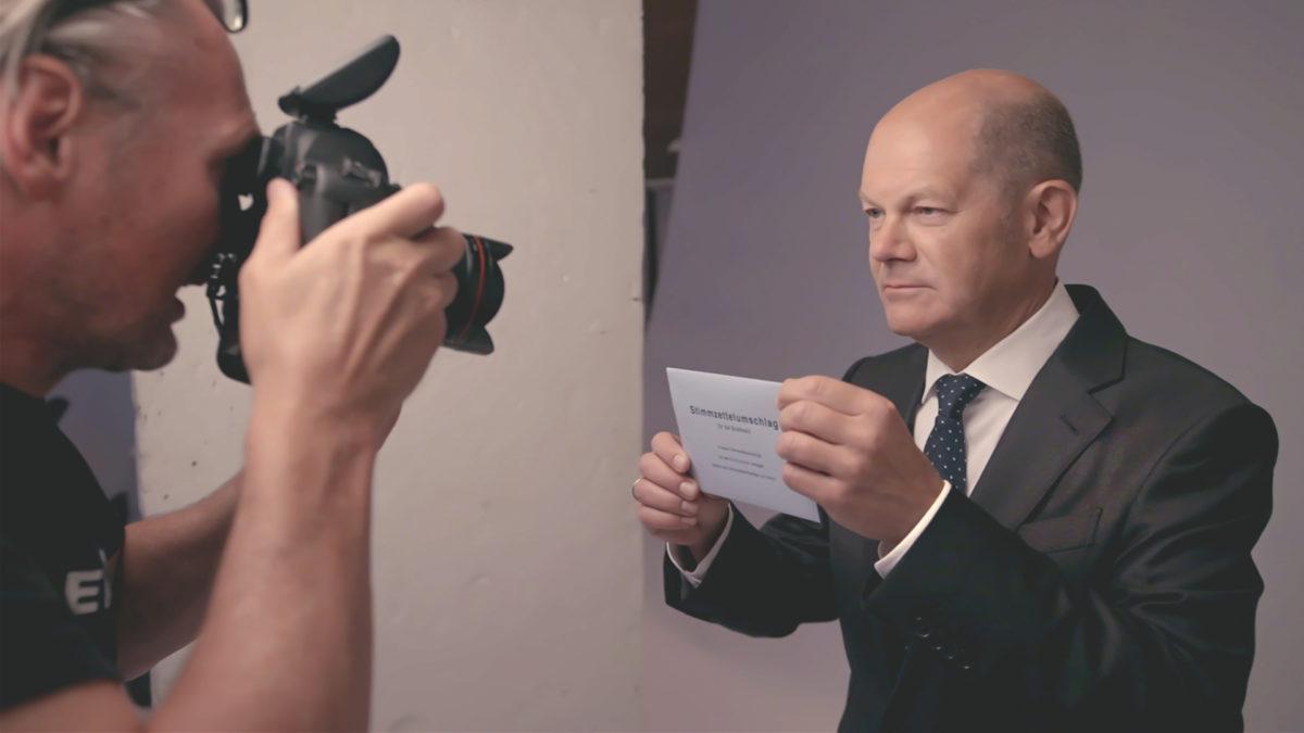 SPD-Kanzlerkandidat Olaf Scholz im Juni 2021 beim Foto-Shooting für die Wahlplakate. Die Umfragewerte seiner Partei sind niedrig – Scholz glaubt trotzdem an einen Wahlsieg. © ZDF/Lars Seefeld