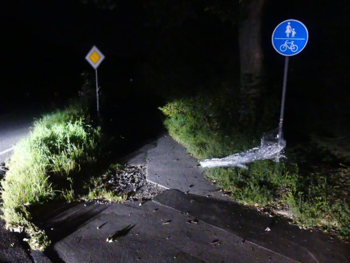 Die durchsichtige Folie war quer über den Radweg gespannt. Foto: Kriminalkommissariat Wipperfürth
