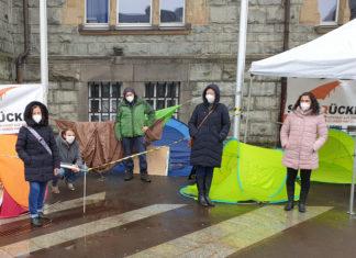 Brigitte Neff-Wetzel, Vincent Amtmann, Sascha Koch, Beatrice Schlieper und Sabine Yündem (v.l.) im April beim Protestcamp auf dem Rathausplatz. Foto: Sascha von Gerishem