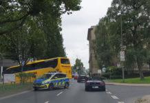 Der Reisebus durchbrach den Mittelstreifen der Elberfelder Straße. Foto: Sascha von Gerishem
