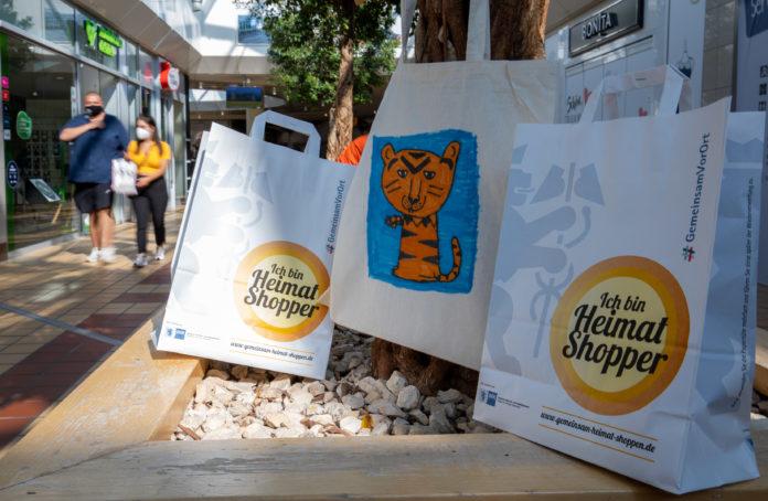 Heimat shoppen im Allee-Center Remscheid: Kinder bemalten Einkaufsbeutel. Foto: Hanjo Schumacher