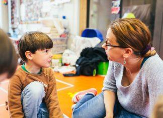 Der erste Schritt, um mit Kindern über Krisen zu sprechen: Reden, Fragen stellen, Zuhören. Stiftung Haus der kleinen Forscher(*innen) / Christoph Wehrer