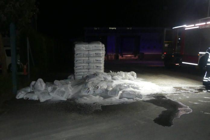Angezündete Palette mit Kunststoffgranulat in Lindlar. Foto: Polizei Oberberg