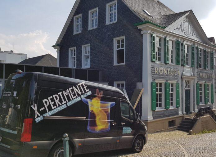 Das X-perimente-Mobil vor dem Deutschen Röntgen-Museum in Remscheid-Lennep. Foto: DRM