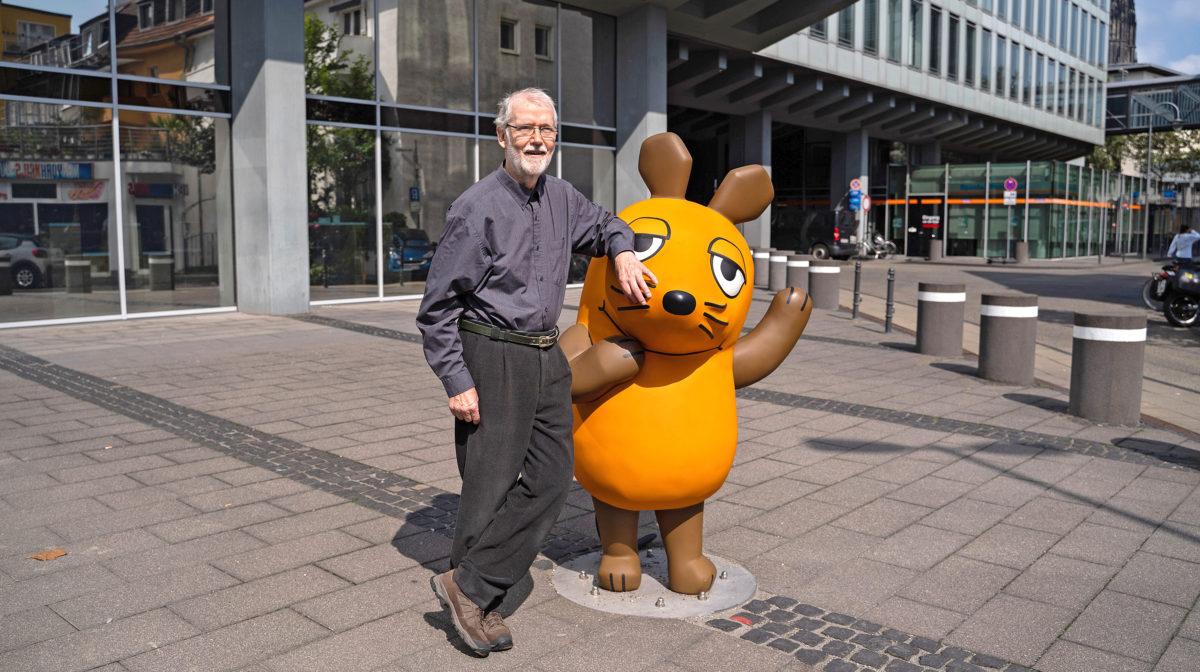 Günter Dybus hat die Lach- und Sachgeschichten seit dem 12. November 1972 angekündigt. Nach fast 50 Jahren gibt er das Maus-Mikrofon jetzt an weiter. © WDR/Jan-Philipp Behr