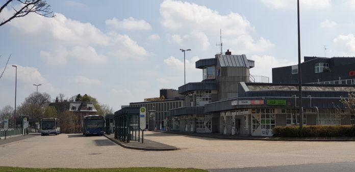 Das Betriebsgebäude der Stadtwerke Remscheid (re.) am Friedrich-Ebert-Platz wird abgerissen. Foto: Sascha von Gerishem