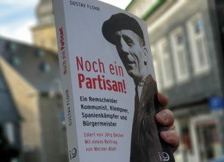 """Die Ausgabe von """"Gustav Flohr - Noch ein Partisan!"""" vom Lüttringhauser war ein Geschenk von Fritz Beinersdorf. Foto: Sascha von Gerishem"""