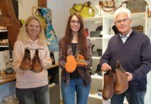 Katja Gehrt, Berit Gehrt und Johannes Haun präsentieren die Schuhe in der Ausstellung vom Flair-Weltladen. Foto: Sascha von Gerishem