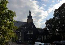 Das Gemeindehaus der evangelischen Kirchengemeinde Lüttringhausen aus Richtung der Heimatbühne, mit der Stadtkirche im Hintergrund. Foto: Sascha von Gerishem