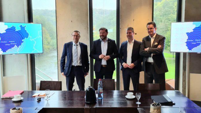 Dr. Uwe Schneidewind, Tim Kurzbach, Philipp Tychy und Jörg Föste (v.l.). Foto: Stadt Wuppertal