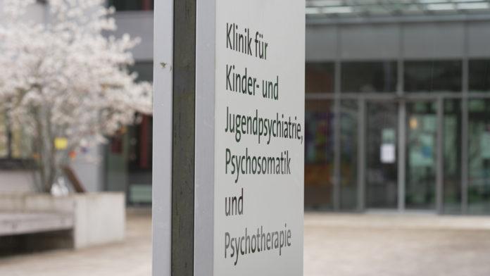 Eingangsschild Kinder- und Jugendpsychiatrie am Universitätsklinikum des Saarlandes. ©ZDF/Frederik Walter