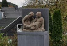 Das Kinderpärchen (Badepärchen) an seinem neuen Standort hinter dem Rathaus in Lüttringhausen. Foto: Maar