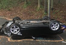Verkehrsunfall in Odenthal: Pkw überschlägt sich und landet auf dem Dach. Foto: Polizei RheinBerg