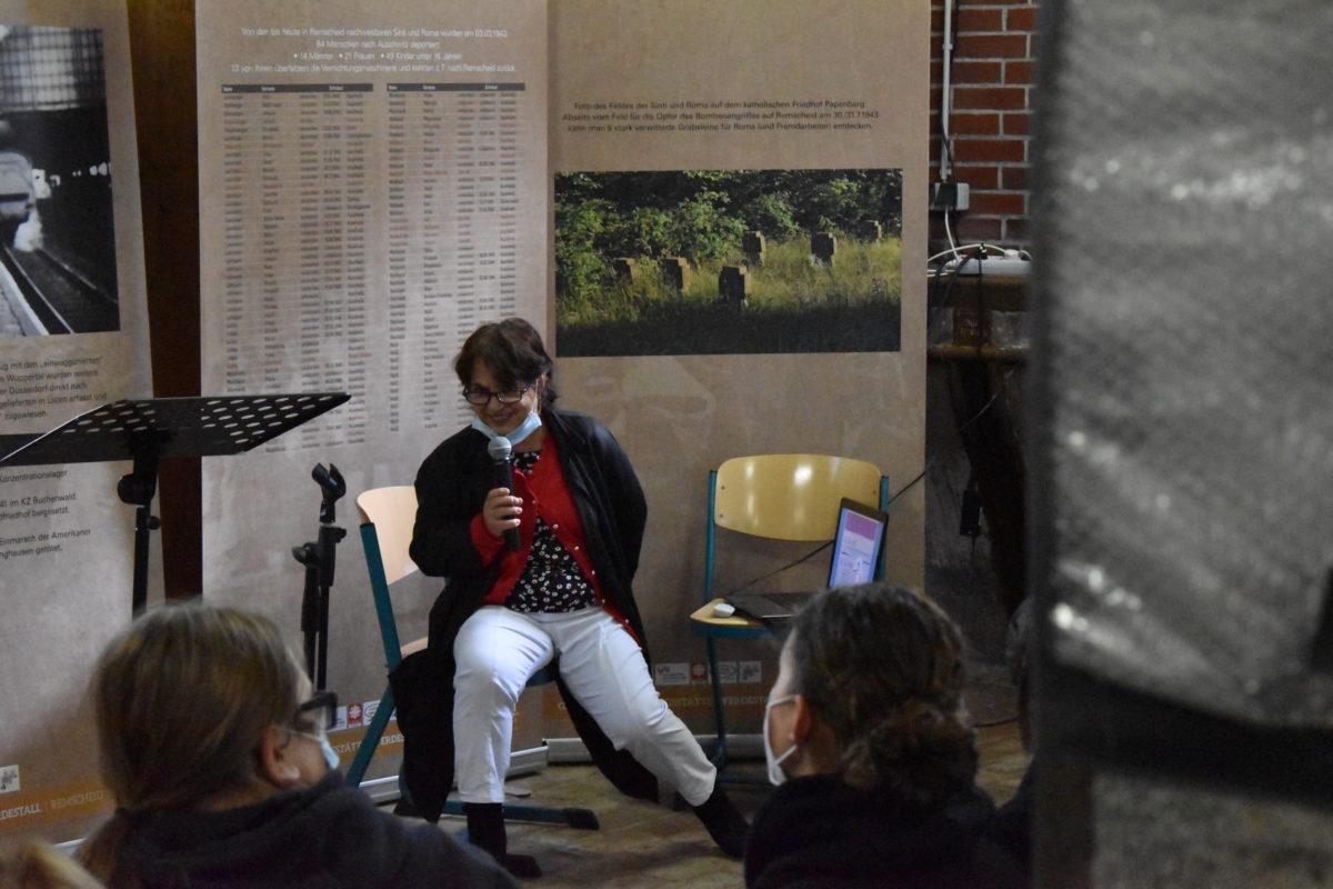 Fatima Hartmann befragt die Besucher nach ihren Kenntnissen der Sinti und Roma. Foto: Peter Klohs