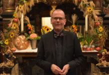 Jens-Peter Enk in der für das Erntedankfest geschmückten evangelischen Kirche in Lüttringhausen. Foto: Peter Klohs