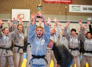 Kapitän Junior Degen mit Pokal und seinem Team. Foto: Jürgen Steinfeld