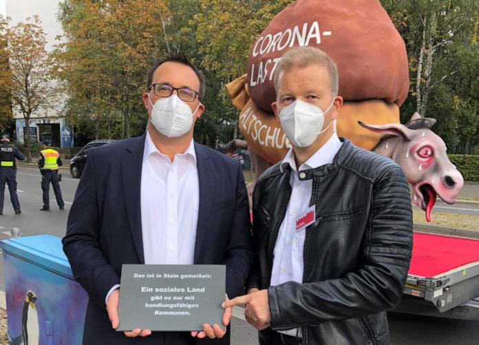 Solingens Stadtkämmerer Ralf Weeke (re.) hat die ins Stein gemeißelte Botschaft an Sören Bartol, den stellvertretenden SPD-Fraktionsvorsitzenden im Bundestag, überreicht. Foto: Martin Murrack