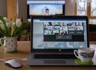 Ein Web-Seminar oder Webinar in seiner ursprünglichen Form ist ein Seminar, das über das World Wide Web gehalten wird, zum Beispiel als Videokonferenz via Zoom.