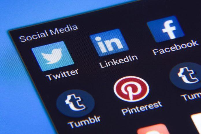 Die Icons verschiedener sozialer Netzwerke auf einem Smartphone.